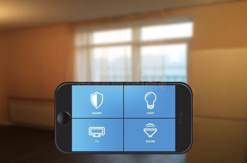 Smart hem- automation app på smartphonen royaltyfri bild
