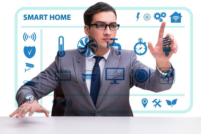 Smart hem- begrepp med apparater och anordningar arkivbilder