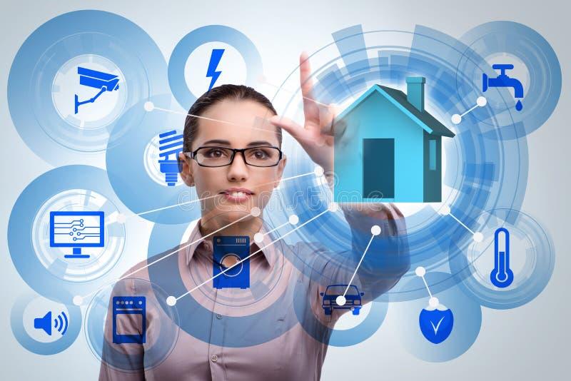 Smart hem- begrepp med kvinnan arkivfoton