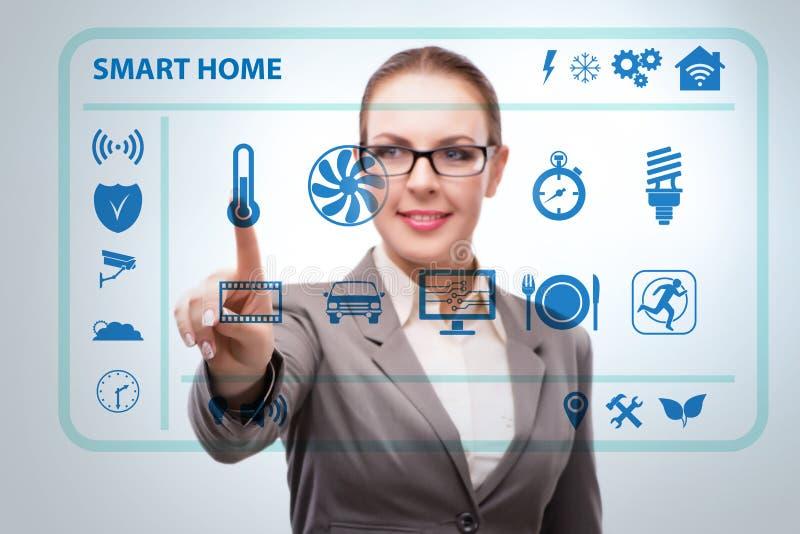Smart hem- begrepp med kvinnan royaltyfria bilder
