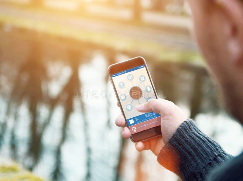 Smart hemapparat - hem- kontroll arkivbilder