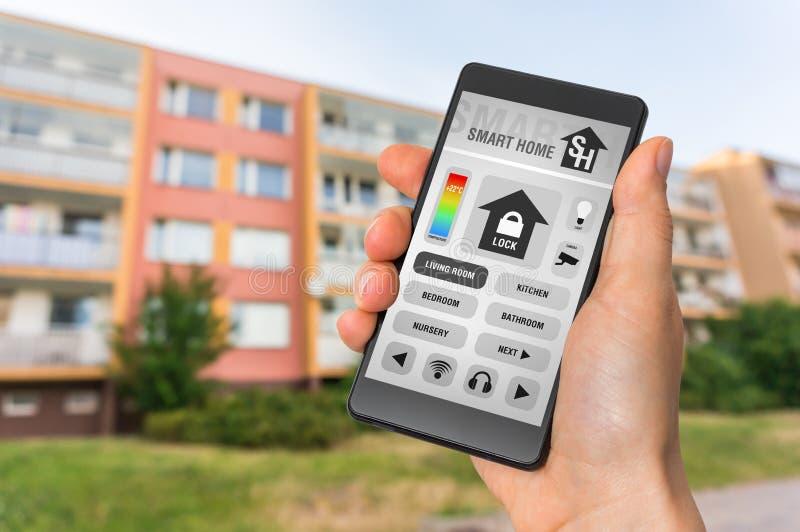 Smart hemkontroll app på smartphonen - ila det hem- begreppet arkivfoto