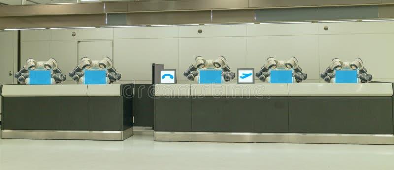 Smart hotell i gästfrihetbransch 4 0 begrepp, assistenten för receptionistrobotrobot i lobby av hotellet eller flygplatser alltid royaltyfri fotografi