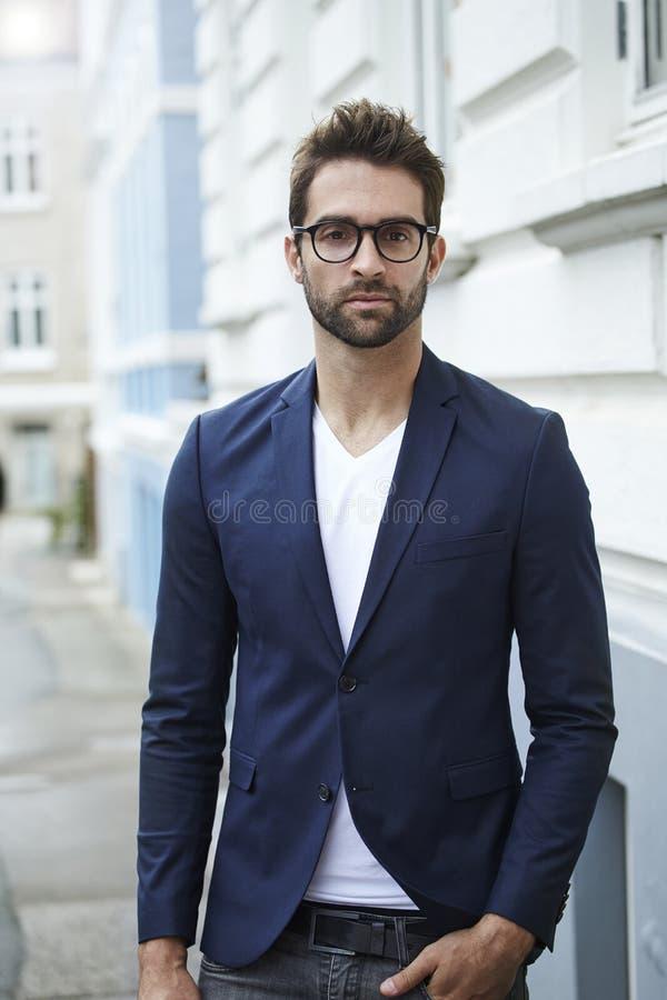 Smart klädde mannen i dräktomslag royaltyfri foto