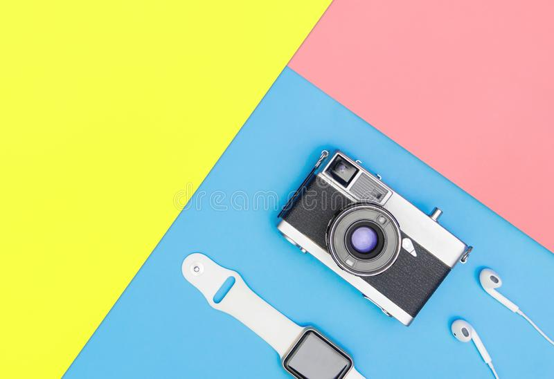 Smart klockahörlur för kamera på blåa och gula rosa färger arkivfoton