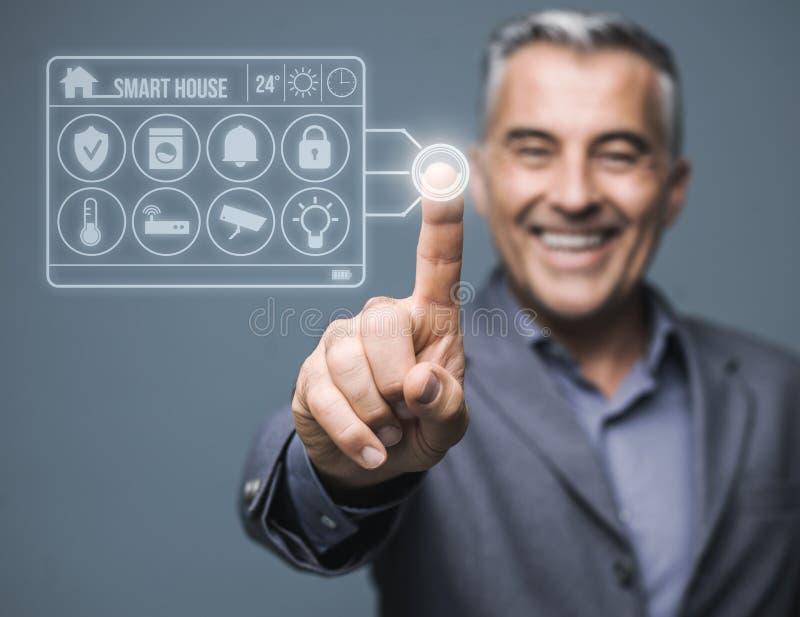 Smart kontroll för hem- system royaltyfri foto