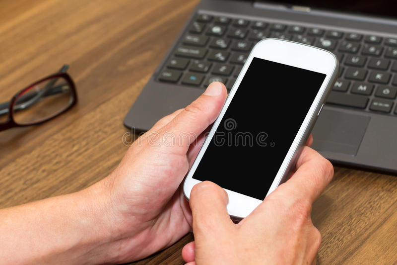 smart kvinna för holdingtelefon royaltyfri bild