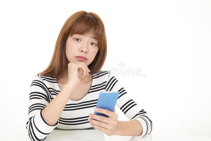smart kvinna f?r holdingtelefon arkivfoton