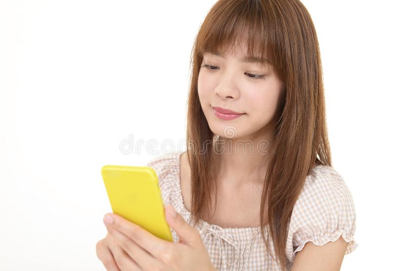 smart kvinna f?r holdingtelefon arkivbild