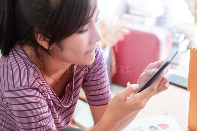 Smart kvinna som använder internet på mobiltelefonen arkivfoto