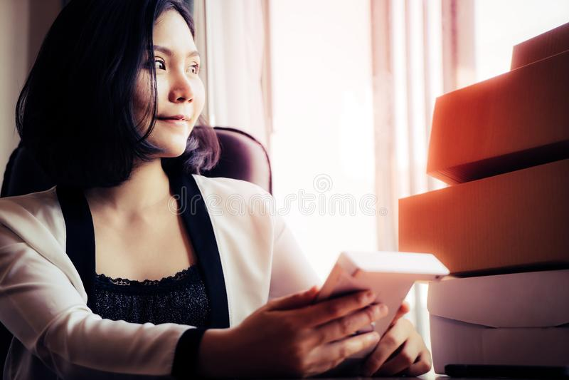 Smart kvinna som använder räknemaskinen för affär arkivfoton