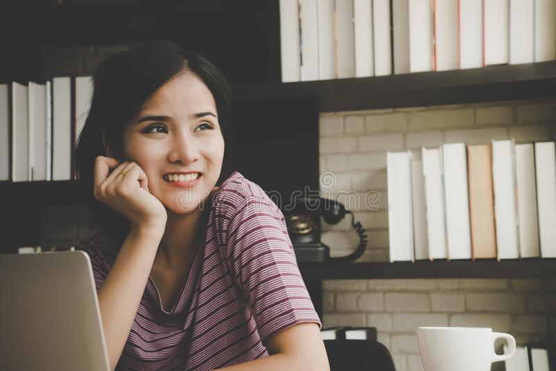Smart kvinna som hemma arbetar med datoren royaltyfri foto