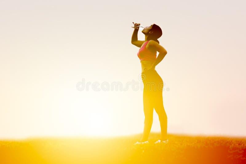 Smart kvinnadricksvatten fotografering för bildbyråer