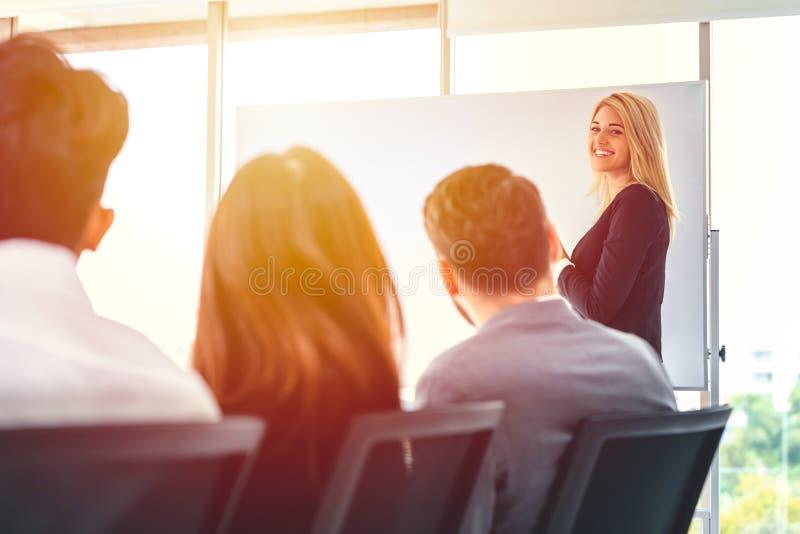 Smart kvinnapresentation för affär i regeringsställning som möter royaltyfria foton