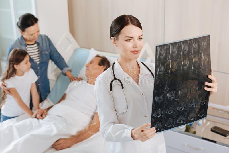 Smart kvinnlig terapeut som rymmer en bild för x-stråle arkivbilder