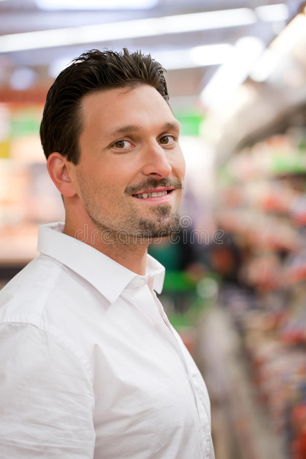 Smart Male kund på supermarketen royaltyfria foton