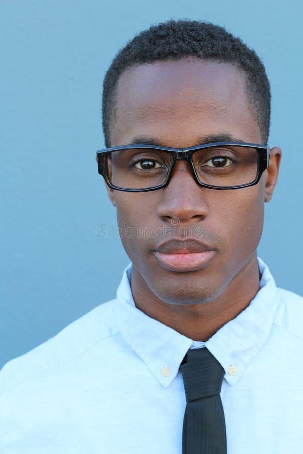 Smart och ambitiöst Säker ung afrikansk man som ser kameran royaltyfria foton