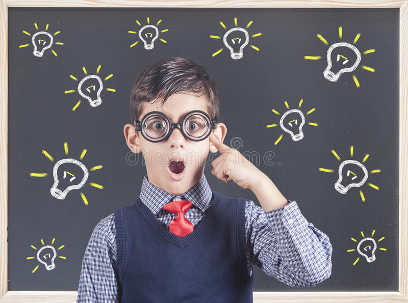 Smart pojke som hårt tänker royaltyfria foton