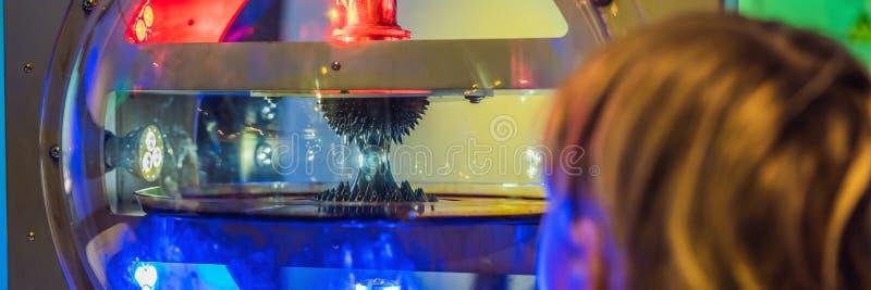 Smart pojkeforskare som gör fysiska experiment i laboratoriumet bilda begrepp UpptäcktBANER, LÅNGT FORMAT royaltyfri bild