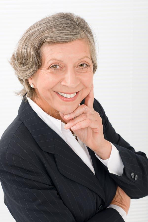 Smart professional stående för hög affärskvinna arkivfoto