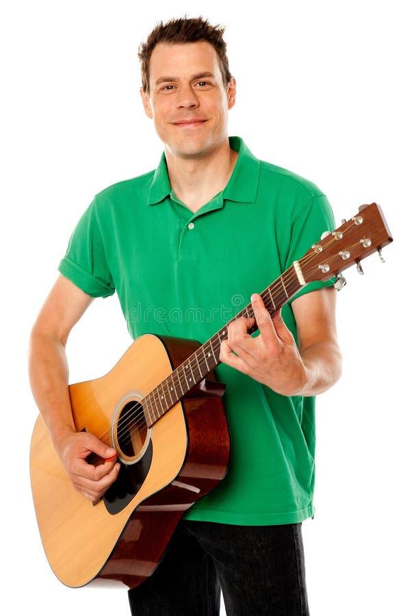 Smart rockgitarrspelare på hans best royaltyfri fotografi
