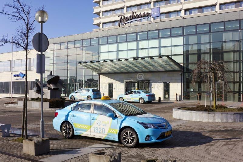 Smart taxi nära Radisson blåtthotell Hårt vintersolljus royaltyfri fotografi