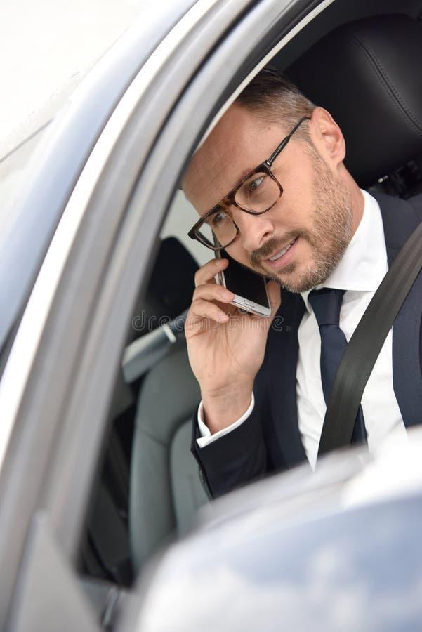 Smart taxichaufför som gör en phonecall fotografering för bildbyråer