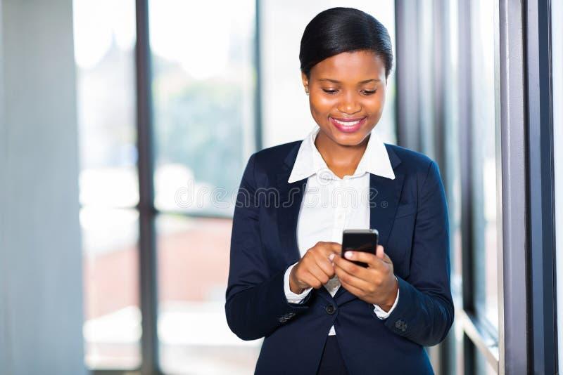 Smart telefon för affärskvinna royaltyfria foton