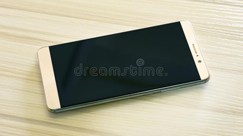Smart telefon för bild på den vita trätabellen royaltyfri fotografi