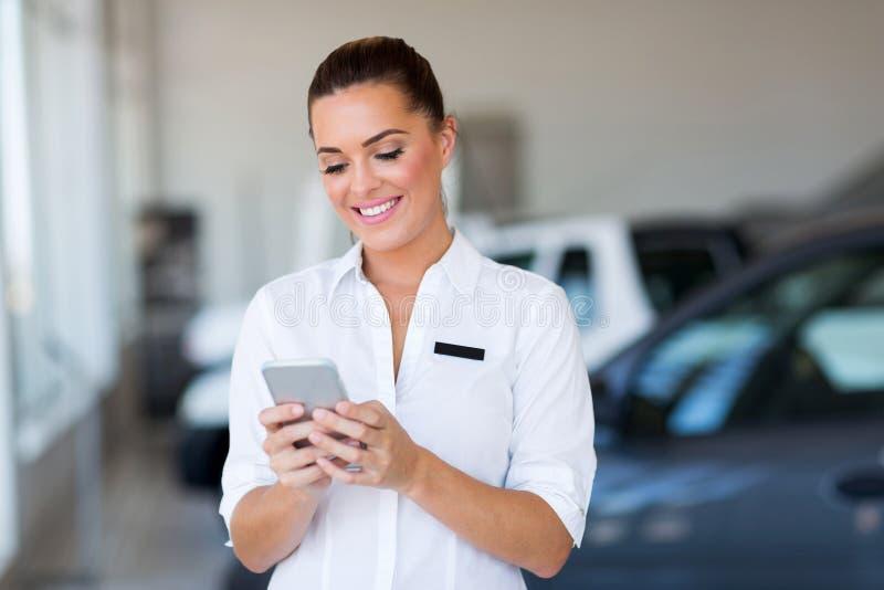 Smart telefon för försäljningskonsulent arkivbild