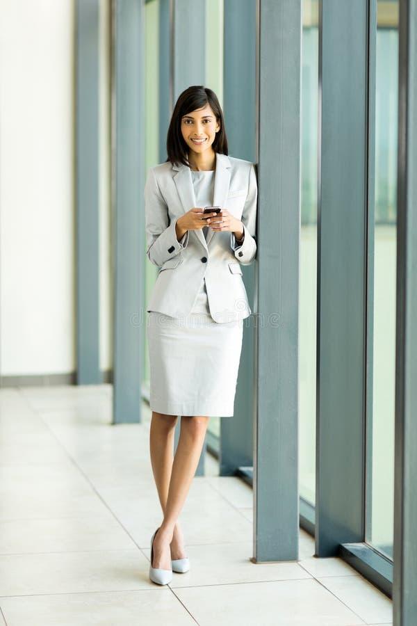 Smart telefon för indisk affärskvinna arkivbild