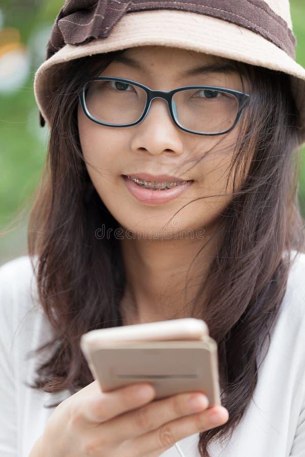 Smart telefon för kvinnabruk arkivfoto
