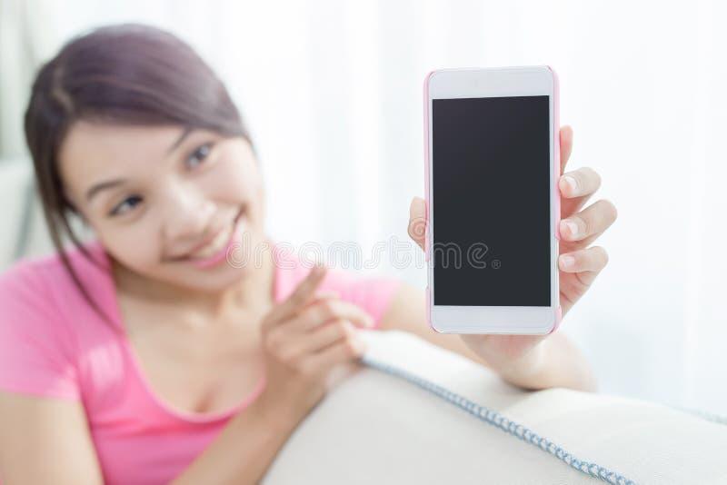 Smart telefon för kvinnashow arkivfoton
