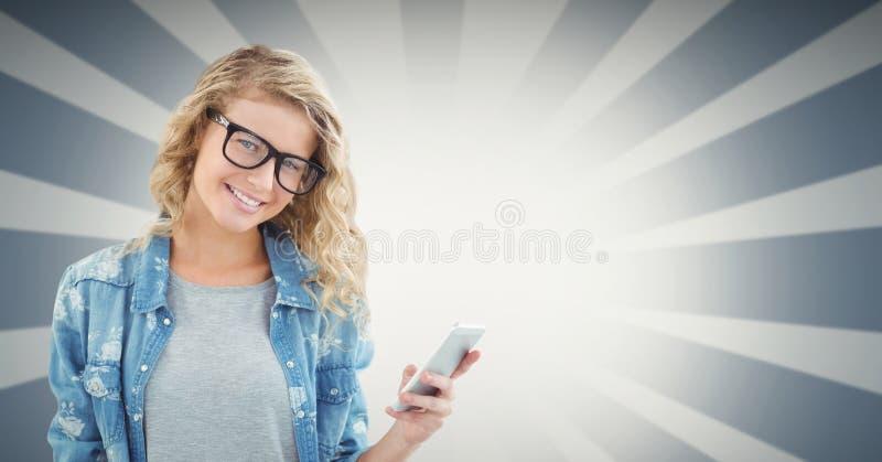 Smart telefon för kvinnligt hipsterinnehav mot ljus bakgrund arkivbilder