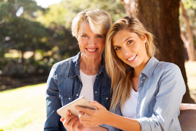 Smart telefon för moderdotter royaltyfri fotografi