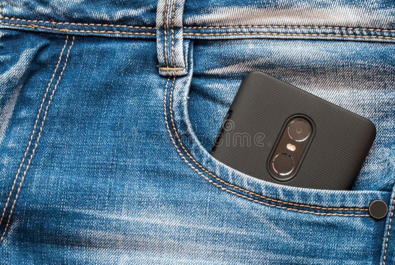 Smart telefon i din fick- jeans fotografering för bildbyråer
