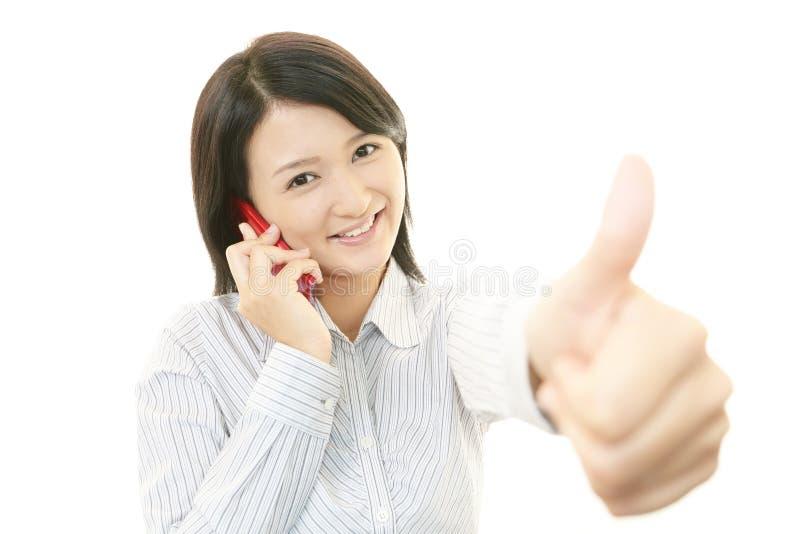 Download Smart telefon med kvinnan. fotografering för bildbyråer. Bild av mobil - 37346367