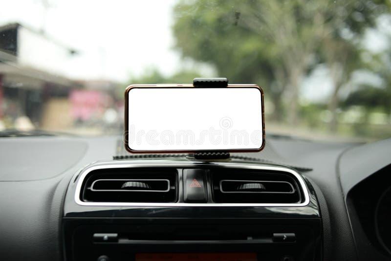 Smart telefon på bilåtlöje upp arkivfoton