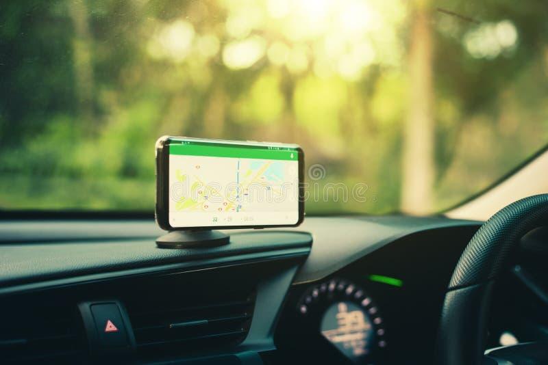 Smart telefon på Gps för hållare för telefon för magnetbilmontering arkivbilder