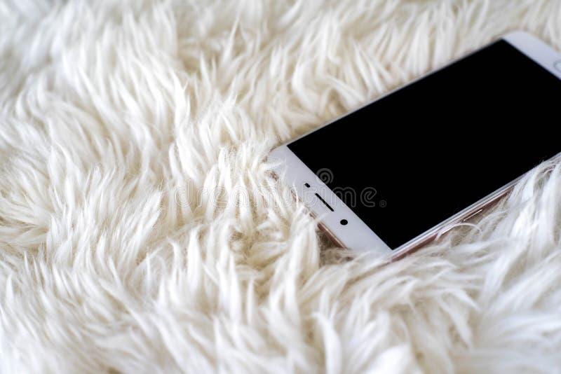 Smart telefon på vit matta fotografering för bildbyråer