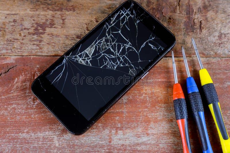 Smart telefonreparation med skruvmejsel royaltyfria bilder
