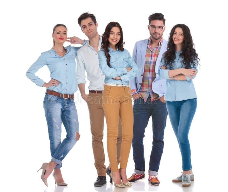Smart tillfällig grupp av att stå för fem personer royaltyfri bild