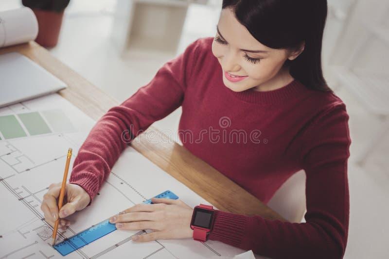 Smart trevlig kvinna som gör en teckning arkivfoton