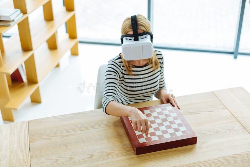 Smart trevlig kvinna som spelar faktiskt schack royaltyfria bilder