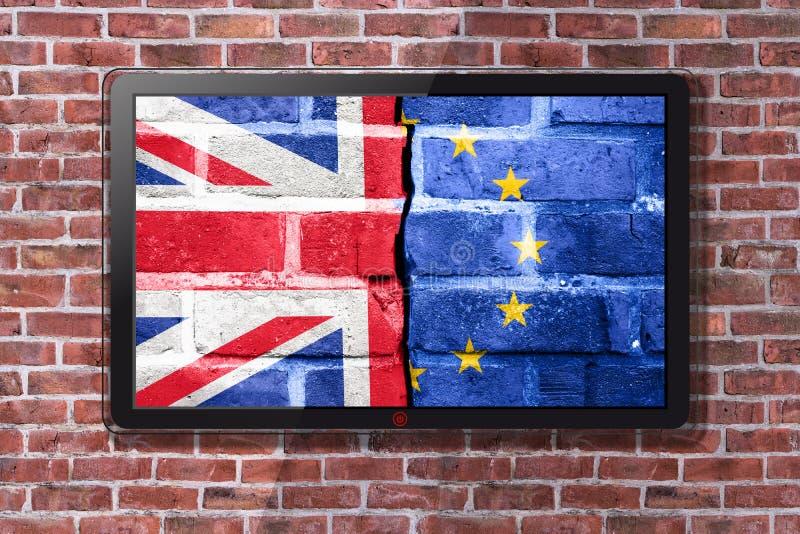 Smart TV con la carta da parati di Brexit - muro di mattoni nel fondo fotografia stock