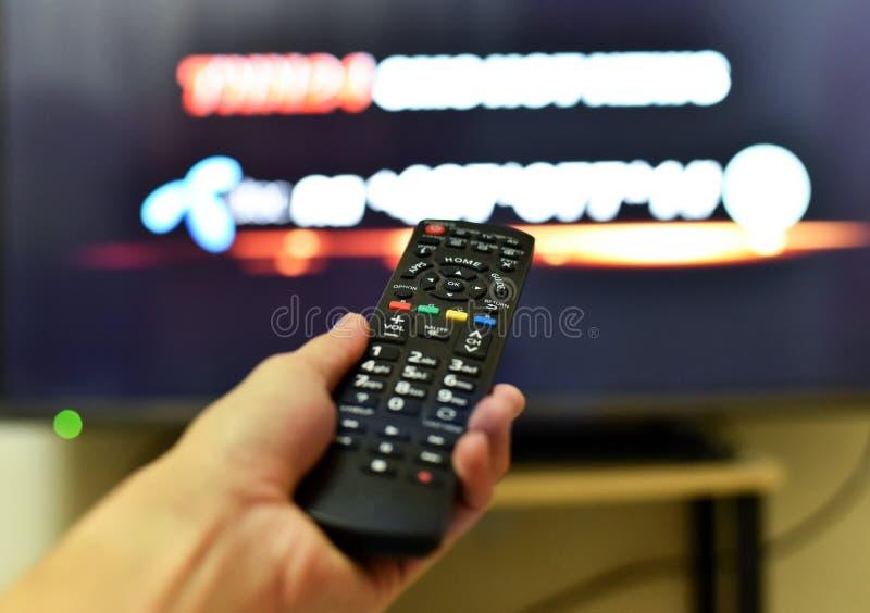 Smart tv för fjärrkontroll arkivbilder
