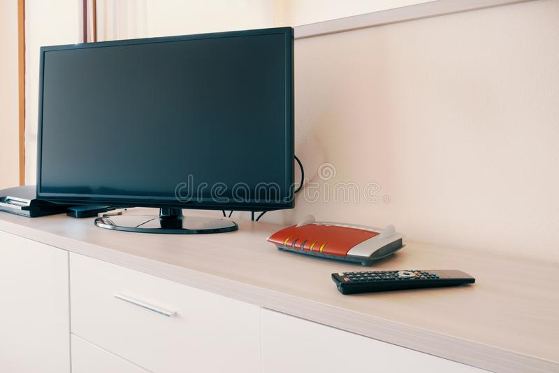 Smart tv förbindelse till internetmodemnätverket royaltyfria foton