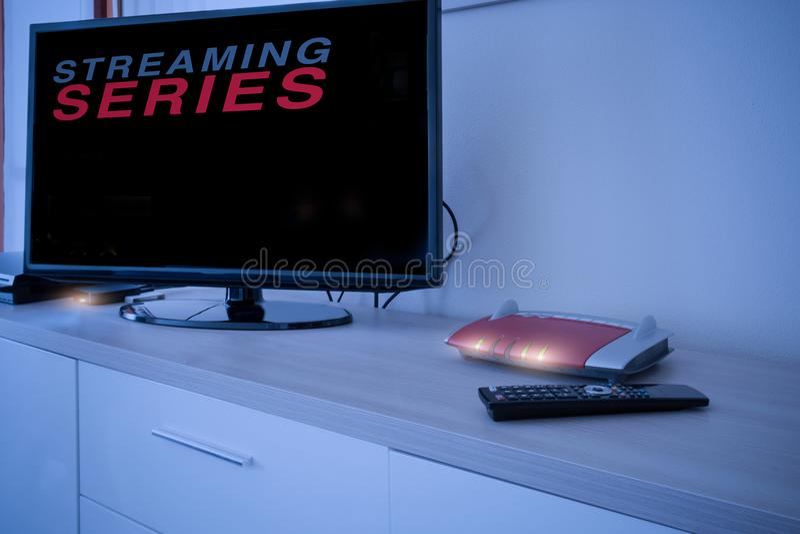 Smart tv förbindelse till internetmodemnätverket royaltyfri bild