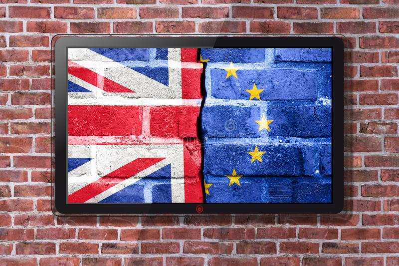 Smart TV med den Brexit tapeten - tegelstenvägg i bakgrund arkivfoto