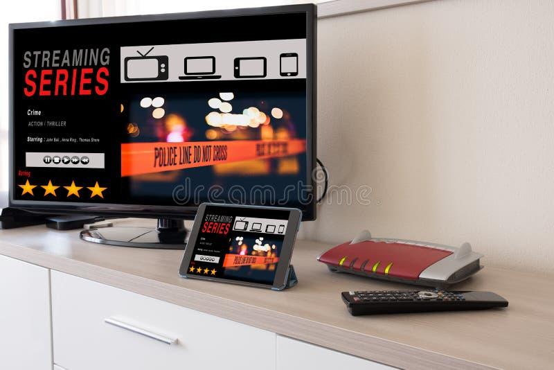 Smart tv och den digitala minnestavlan förband till internetmodemet fotografering för bildbyråer